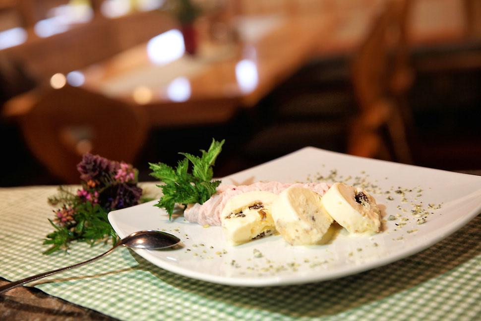 Darstellung Dessert Eisreindling mit Grantnschleck