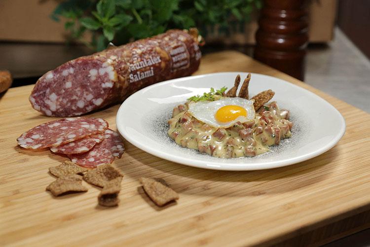 Darstellung Kärntner Wachtel Spiegelei auf Salami-Kerbel-Ragout mit knusprigen Jauntaler Hadn-Chips